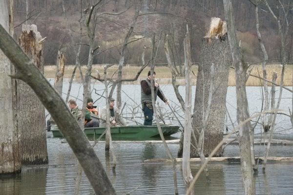 Rybári pri počítaní škôd.