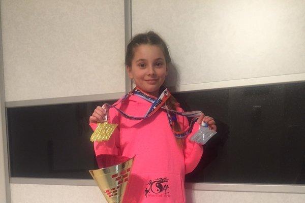 Sofia Fialková s pohármi a medailami