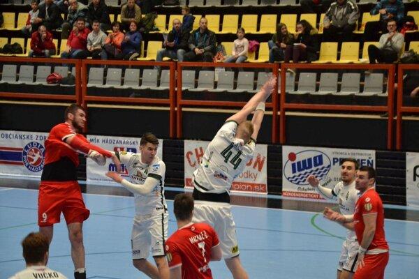 Bystrický (vľavo v červenom) v poslednej sekunde trafil brvno.