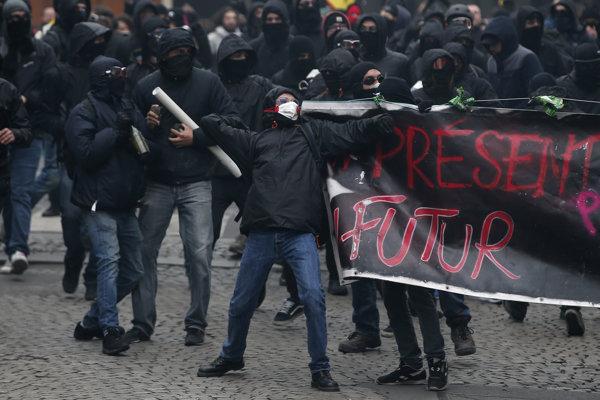 Demonštranti so zahalenými tvárami v uliciach Parža.