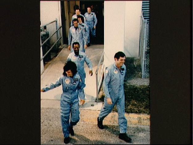 Členovia posádky opúšťajú budovu Kennedyho vesmírneho strediska a miera k rampe, kde nastúpia do raketoplánu Challenger.