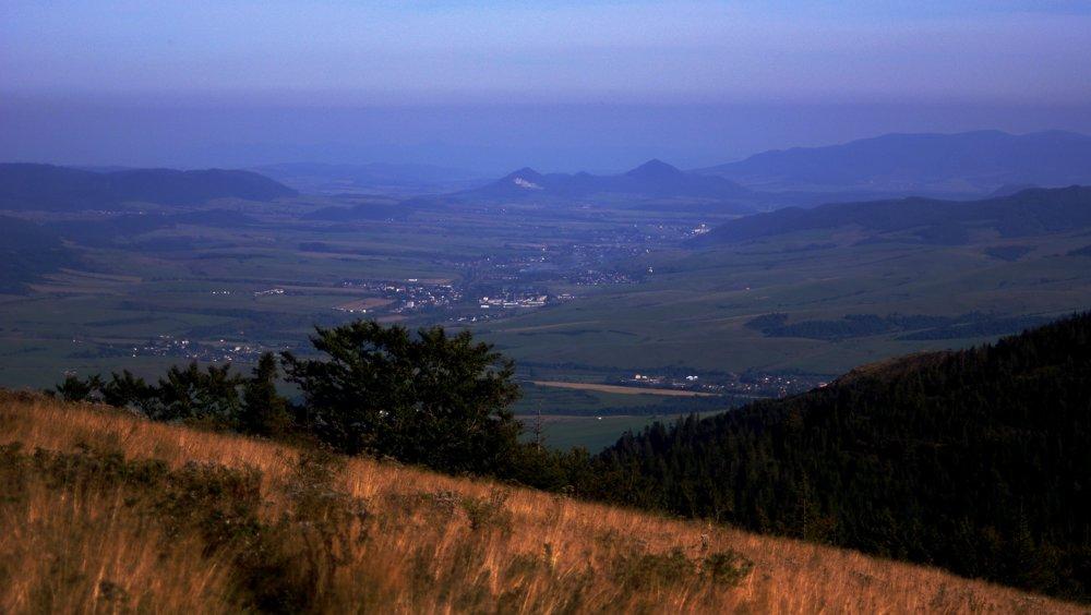Výhľad z Kopy na juhovýchod, dominantné sopky nad Prešovom, v pozadí Vihorlat, za ktorým sa občas ukážu vrcholky ukrajinských Karpát.