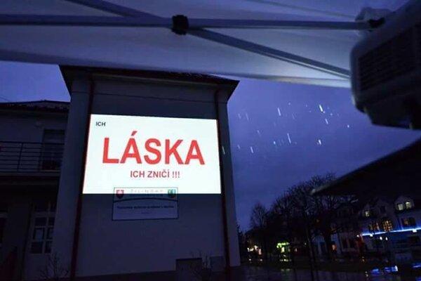 Výstava Reakcia bola premietaná na námestí v Martine.