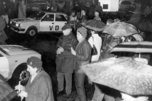 Autá Verejnej bezpečnosti medzi veriacimi na Sviečkovej demonštrácii 25. marca 1988 v Bratislave.