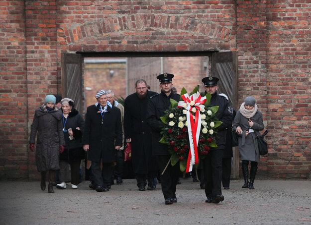 Vojaci nesú veniec na čele sprievodu počas oslavy 71. výročia oslobodenia bývalého koncentračného tábora Auschwitz pri poľskom Osvienčime.