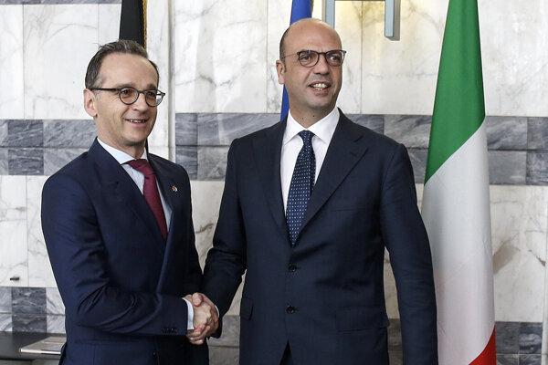Šéf nemeckej diplomacie Heiko Maas (vľavo) s talianskym rezortným partnerom Angelinom Alfanom.