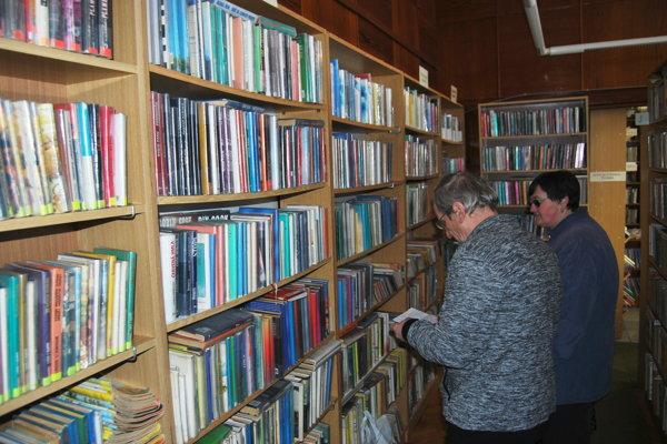 Obe knižnice majú tisícky verných čitateľov.