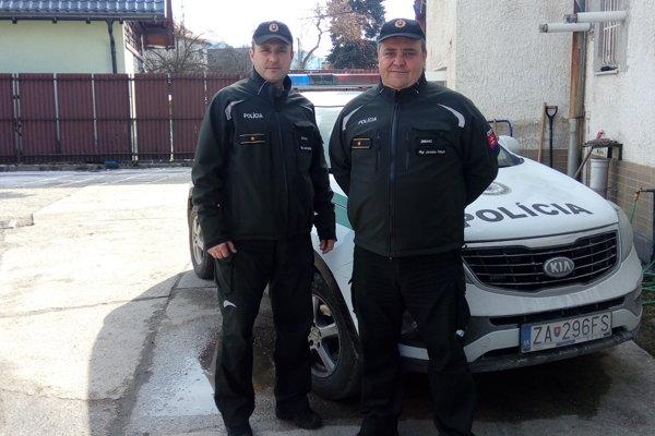 Mužovi zachránili život títo dvaja policajti.