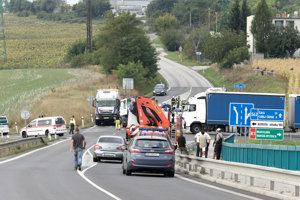 Nebezpečná križovatka, na ktorej sa R1 Pribina napája na Cabajskú. Záber je z tragickej nehody, ktorá sa stala v roku 2015.