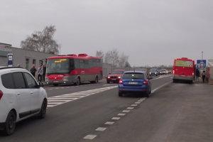 Autobusové zastávky sú na oboch stranách cesty. Priechod pre chodcov tu nie je žiadny.
