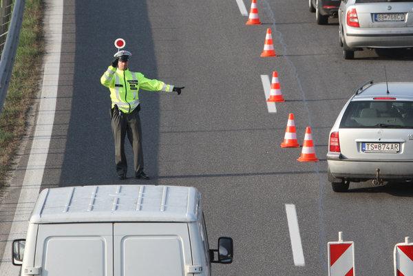 Policajti sa zamerali na rýchlostnú cestu R1.