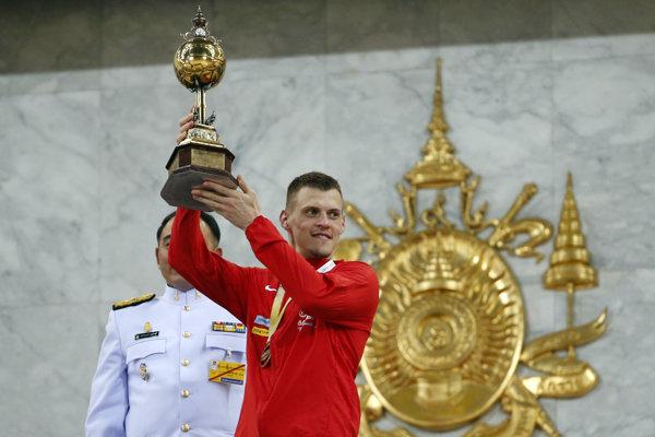 Martin Škrtel preberá víťaznú trofej.