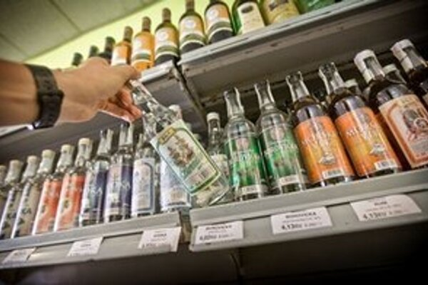 Colníci zabezpečili fľaše s neplatnou kontrolnou známkou.