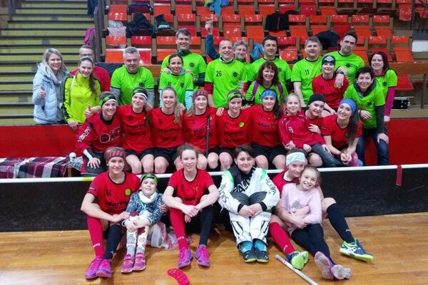 Dievčatá MKŠS FBK Kysucké Nové Mesto so svojím fanklubom po víťazstve vdruhom zápase.