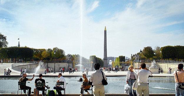 Východnú stranu námestia Svornosti tvoria Tuilerijské záhrady, ktoré sú predĺžením Elyzejských polí.