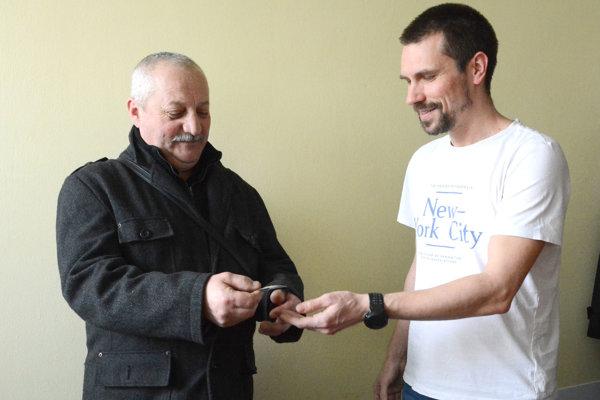 Pán Ján (vľavo) si výhru prevzal z rúk šéfredaktora