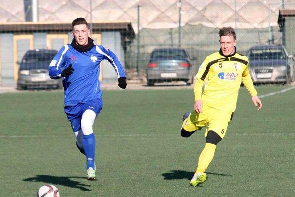 Karol Karlík (vpravo) hral ešte pred týždňom za Myjavu v prípravnom zápase v Nitre.