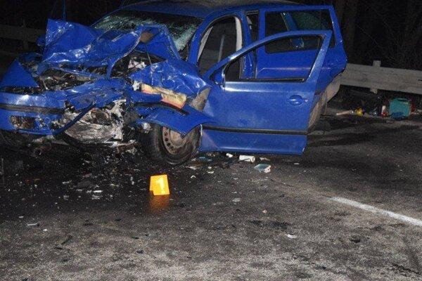 Vodič škodovky prešiel do protismeru, kde sa nabúral s dodávkou.