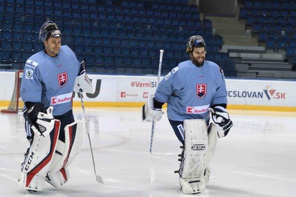 Na snímke brankári slovenskej hokejovej reprezentácie Ján Laco (vpravo) a Július Hudáček (vľavo) počas tréningu.