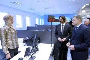 Premiér Robert Fico (vpravo) a minister vnútra Robert Kaliňák počas otvorenia novéko klientskeho centra štátnej správy na Tomášikovej ulici v Bratislave.