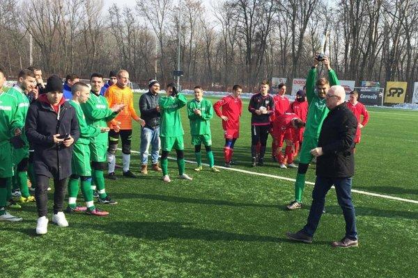 Futbalisti Nového Života (v zelenom) vyhrali na jar aj druhý zápas (druhý vonku) a sú neohrozeným lídrom tabuľky.