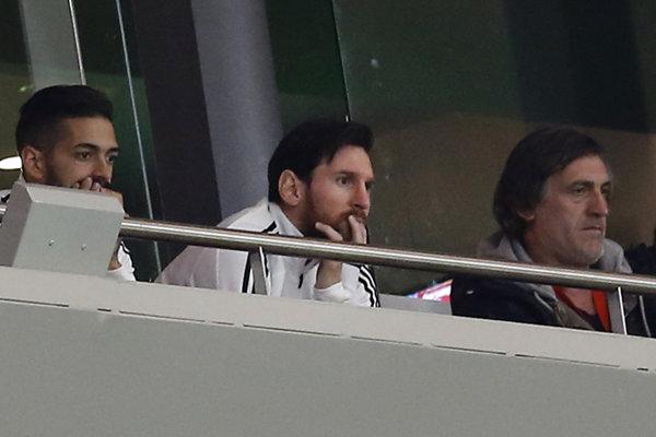 Argentínsky futbalista Lionel Messi (uprostred) sledoval prípravný zápas z tribúny.