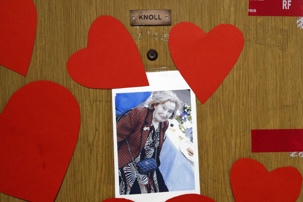 Fotografia Mireille Knollovej na dverách jej bytu, v ktorom ju zavraždili.