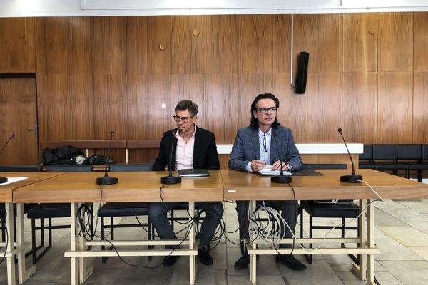 Ondrej Janíček (vľavo) a Jozef Strelčík pred súdom v Trenčíne.
