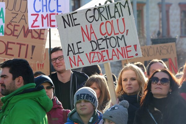 Protestné zhromaždenie štrajkujúcich učiteľov na Námestí SNP v Banskej Bystrici.