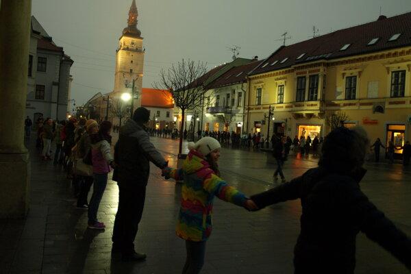 Živá reťaz v Trnave. Foto: Lenka Štepáneková