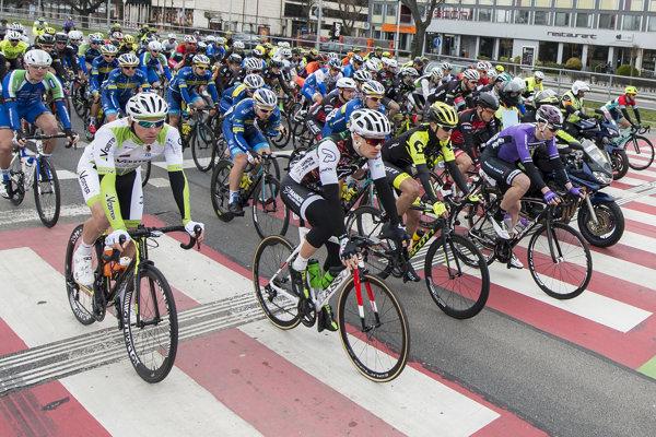 Cyklisti na štarte pretekov.