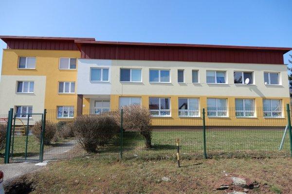Na snímke budova materskej školy v obci Klokočov v Michalovskom okrese, nadstavbu ktorej tvoria nájomné byty.
