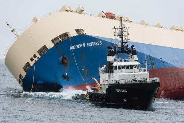 Ohrozenú loď ťahá k Bilbau vlečná loď Centaurus.