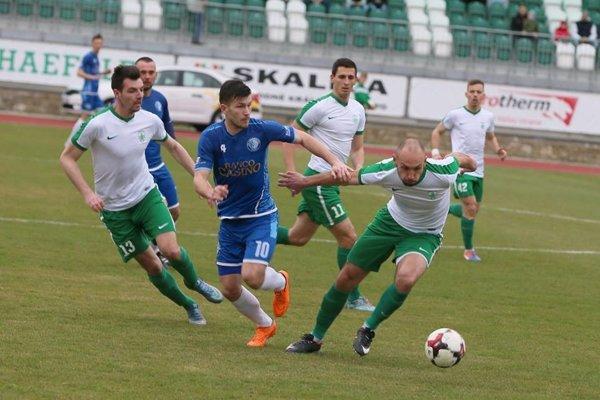 Momentka zo zápasu. Domáci v bielo-zelenom.