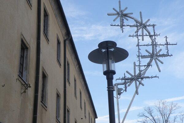 Vianočná výzdoba už v uliciach Prievidze nie je.