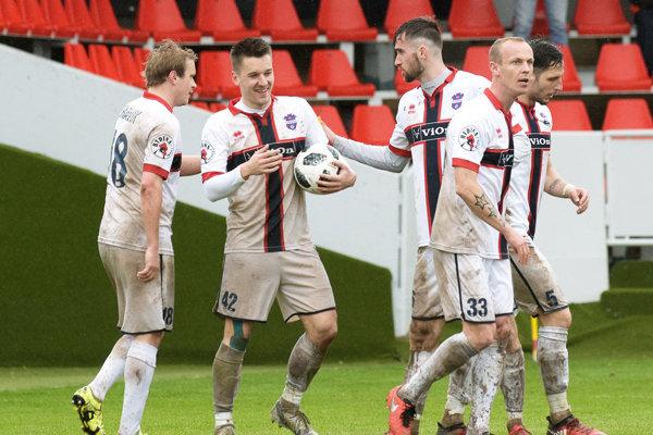 Zľava obaja strelci sobotňajších gólov FC ViOn - Peter Orávik a Michal Pintér.