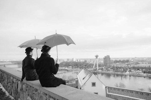 Držte si klobúky, Bratislavou sa ako víchor preženie karnevalová oslava dadaizmu.