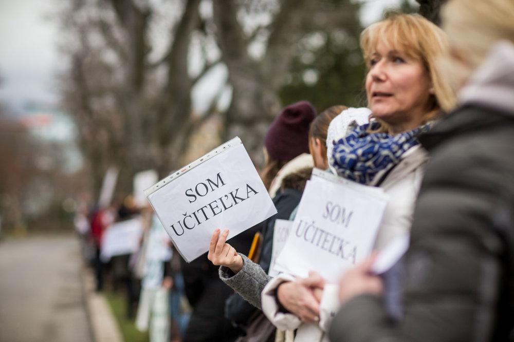 Protest učiteľov pred úradom vlády.