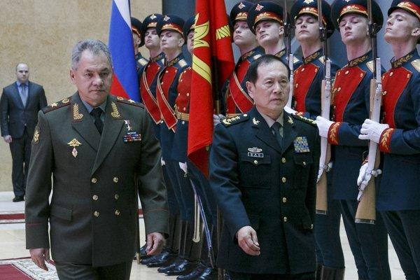 Ruský minister obrany Sergej Šojgu (vľavo) a šéf čínskeho rezortu obrany Wei Feng-chu.