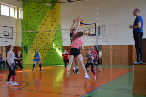 Momentka z Veľkonočného turnaja vo volejbale.