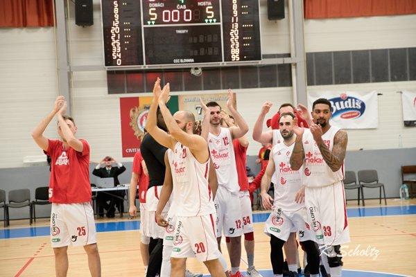 Radosť komárňanských basketbalistov po druhom zápase. Napokon im stačili na postup do semifinále tri.
