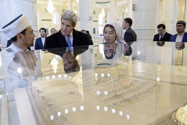Astana, Kazachstan- Imam Serikbay Oraz sa rozpráva so štátnym tajomníkom USA Johnom Kerrym