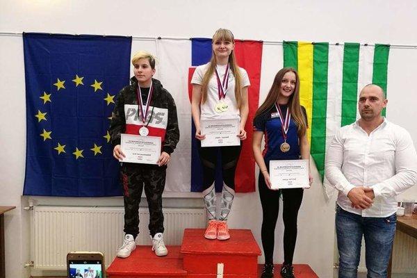 Dvakrát zlato pre Martinu Ďurianovú (v strede).
