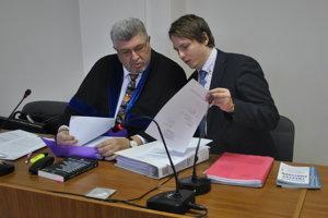 Obvinená učiteľka už na súd chodiť nebude. Zastupoval ju obhajca (vľavo) a jeho koncipient.