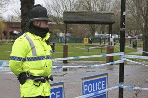 Policajt stojí pred policajnou páskou neďaleko miesta, kde našli bývalého ruského špióna Sergeja Skripaľa a jeho dcéru Juliju.