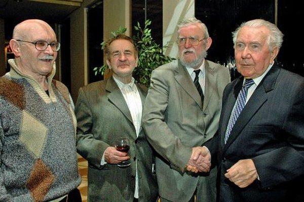 V literátskej spoločnosti – zľava Juraj Mojžiš, básnik Jozef Mihalkovič, Ľubomír Feldek a literárny kritik Jozef Bžoch.