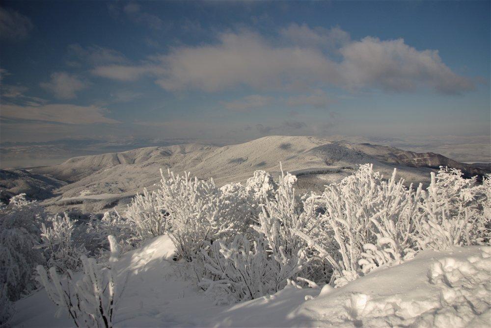 Občas pomôže záberu aj čerstvá snehová nádielka - pohľad na sever a západ zo Šimonky.
