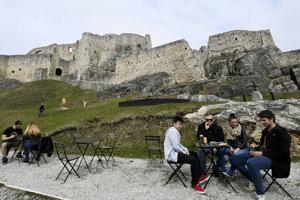 Jarné posedenie pod múrmi hradu.