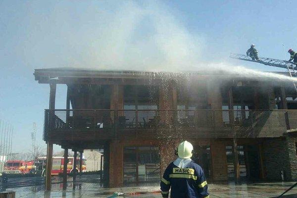 Požiar sa rozšíril od komínového telesa.