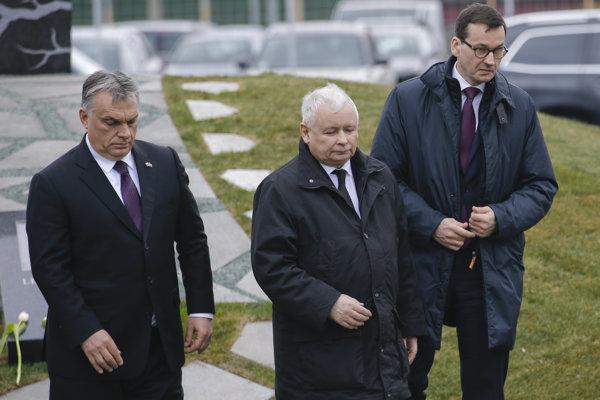 Orbán (vľavo) na otvorení pamätníka obetiam havárie v Smolensku spolu s Kaczynským (v strede) a Morawieckym (vpravo).
